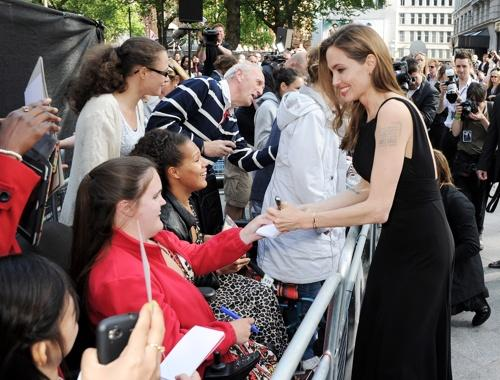 Jolie signs more autographs
